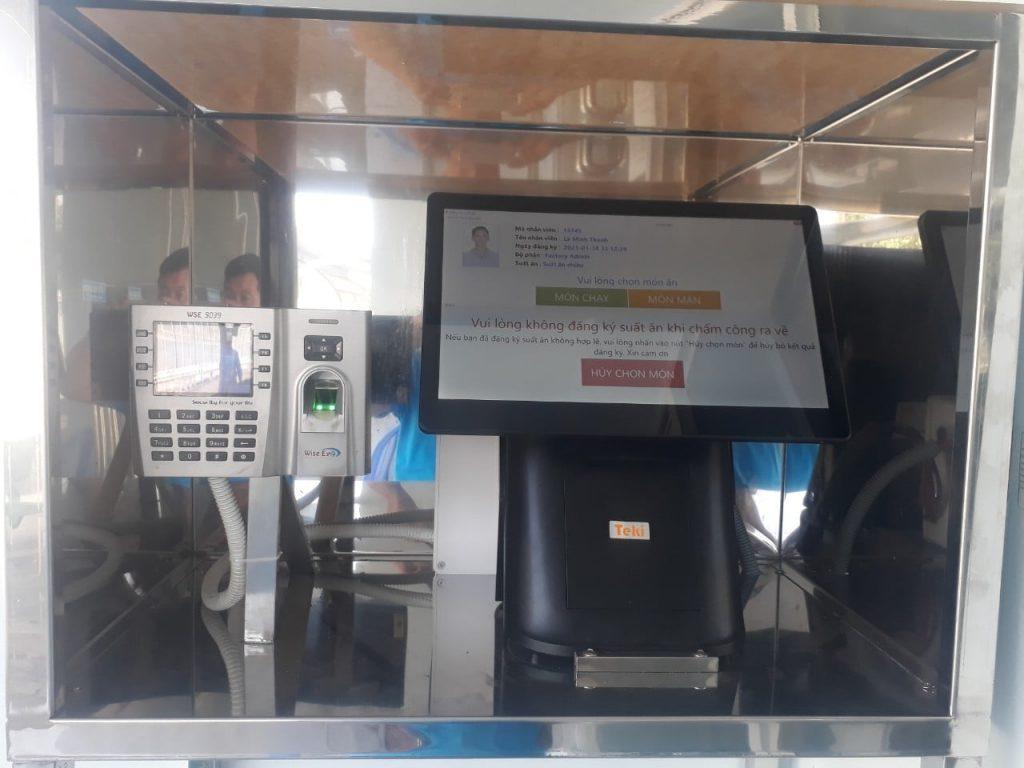 Phần mềm quản lý suất ăn công nghiệp - Công nhân chấm công và đăng ký món ăn tại máy pos bên cạnh